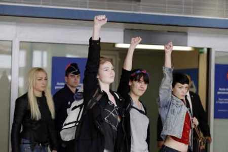 femen protest louvre - photo #48